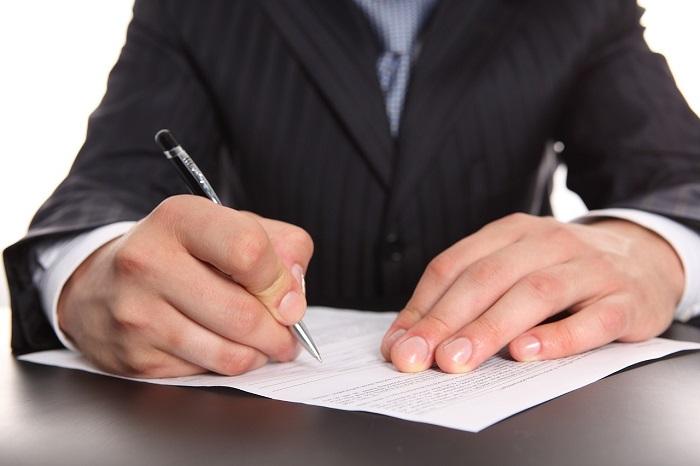 Ручка в руках парня