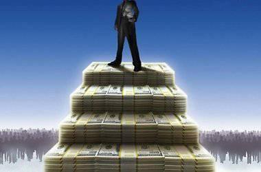 Человек стоит на деньгах