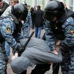 полицейские задерживают преступника