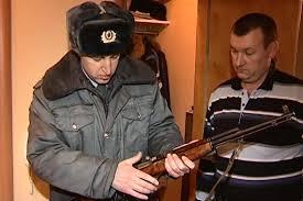 охотник и полицейский с ружьём