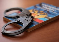 Уголовный кодекс и наручики
