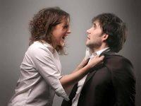 Девушка нападает на мужчину